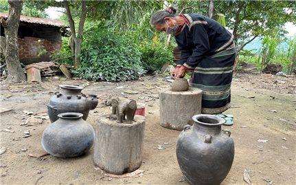 Giữ làng gốm cổ dưới chân núi Chư Yang Sin