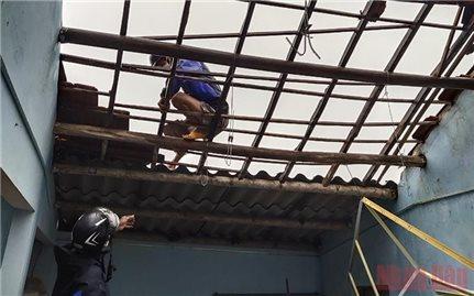Lốc xoáy làm 45 nhà dân ở Quảng Ngãi bị hư hỏng