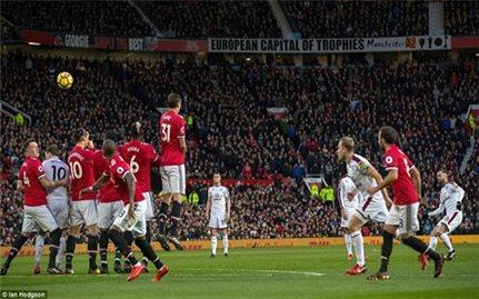 Man Utd vất vả chia điểm với Burnley