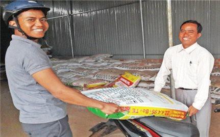Người có uy tín liên kết bán phân trả chậm cho nông dân