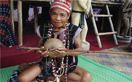 Nghệ nhân chế tác nhạc cụ ở làng Tà Vàng