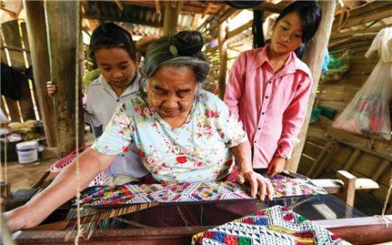 Thổ cẩm dân tộc Lào: Giữ gìn bản sắc để tồn tại, phát triển