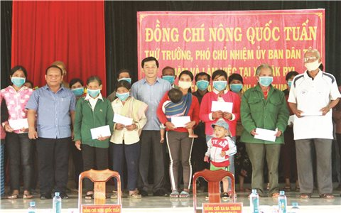 Thứ trưởng, Phó Chủ nhiệm UBDT Nông Quốc Tuấn và Đoàn công tác làm việc tại Kon Tum