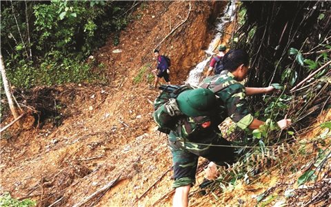 Bộ đội vượt rừng, tiếp cận làng Aur bị cô lập