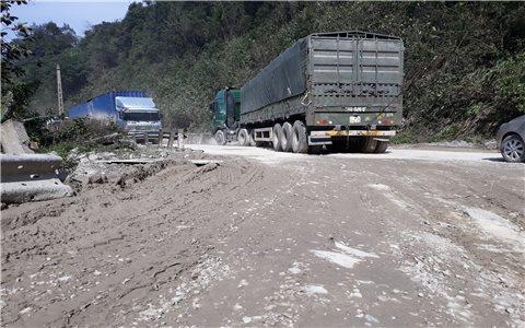 """""""Nát tươm"""" đường lên cửa khẩu Quốc tế Cầu Treo"""