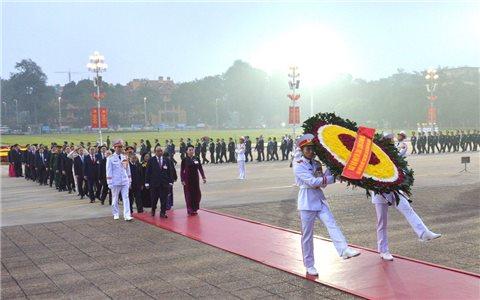 Đại biểu dự Đại hội lần thứ XIII của Đảng vào Lăng viếng Chủ tịch Hồ Chí Minh