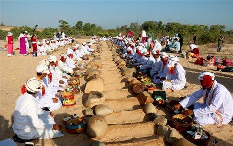 Lễ tảo mộ Ramưwan của đồng bào Chăm ở Bình Thuận
