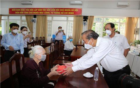 Phó Thủ tướng Trương Hòa Bình thăm, tặng quà người có công ở TP.HCM
