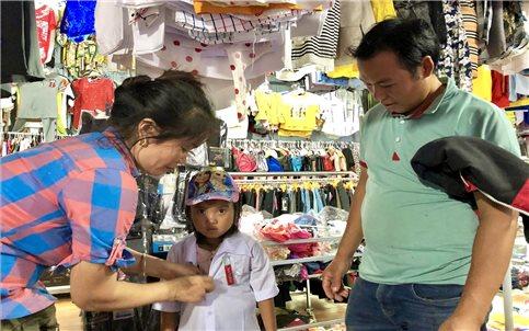 Người tiêu dùng vùng DTTS đang hướng về hàng Việt