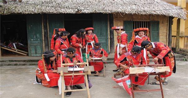 Lưu giữ và phát triển nghề dệt thổ cẩm của dân tộc Pà Thẻn | Báo Dân tộc và  Phát triển