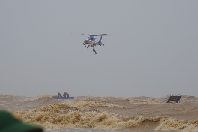 Trực thăng tham gia cứu nạn tàu Vietsip 01