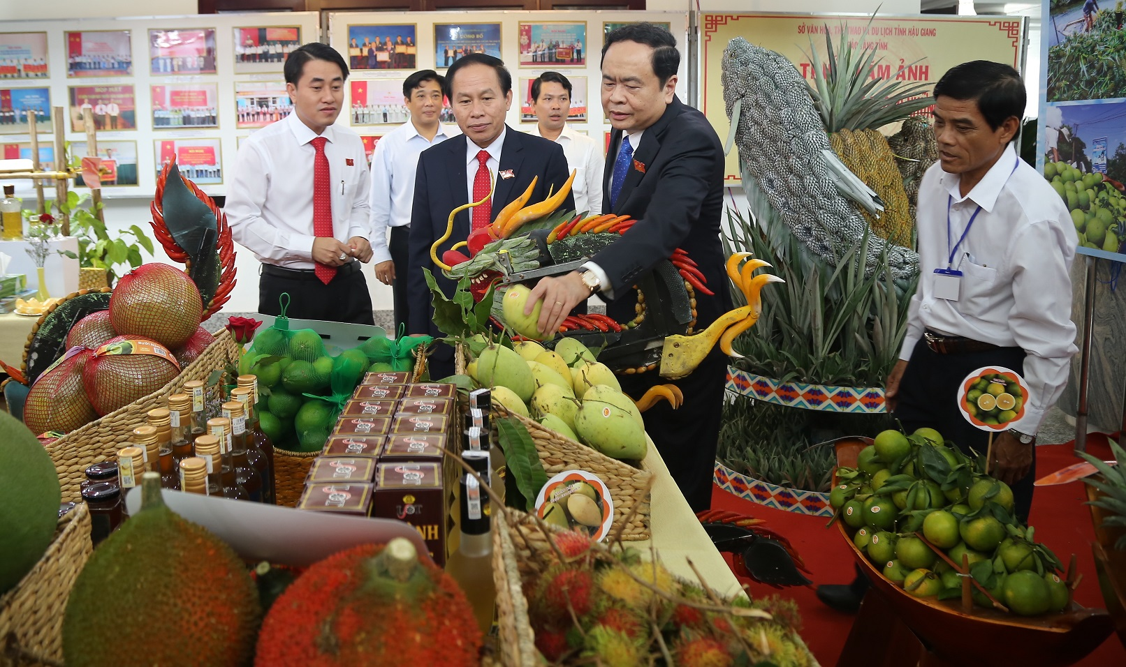 Chủ tịch Ủy ban Trung ương MTTQ Việt Nam Trần Thanh Mẫn và ông Lê Tiến Châu, Bí Thư Tỉnh ủy Hậu Giang (người đứng thứ hai bên trái) cùng đại biểu tham quan các gian hàng trưng bày tại Đại hội
