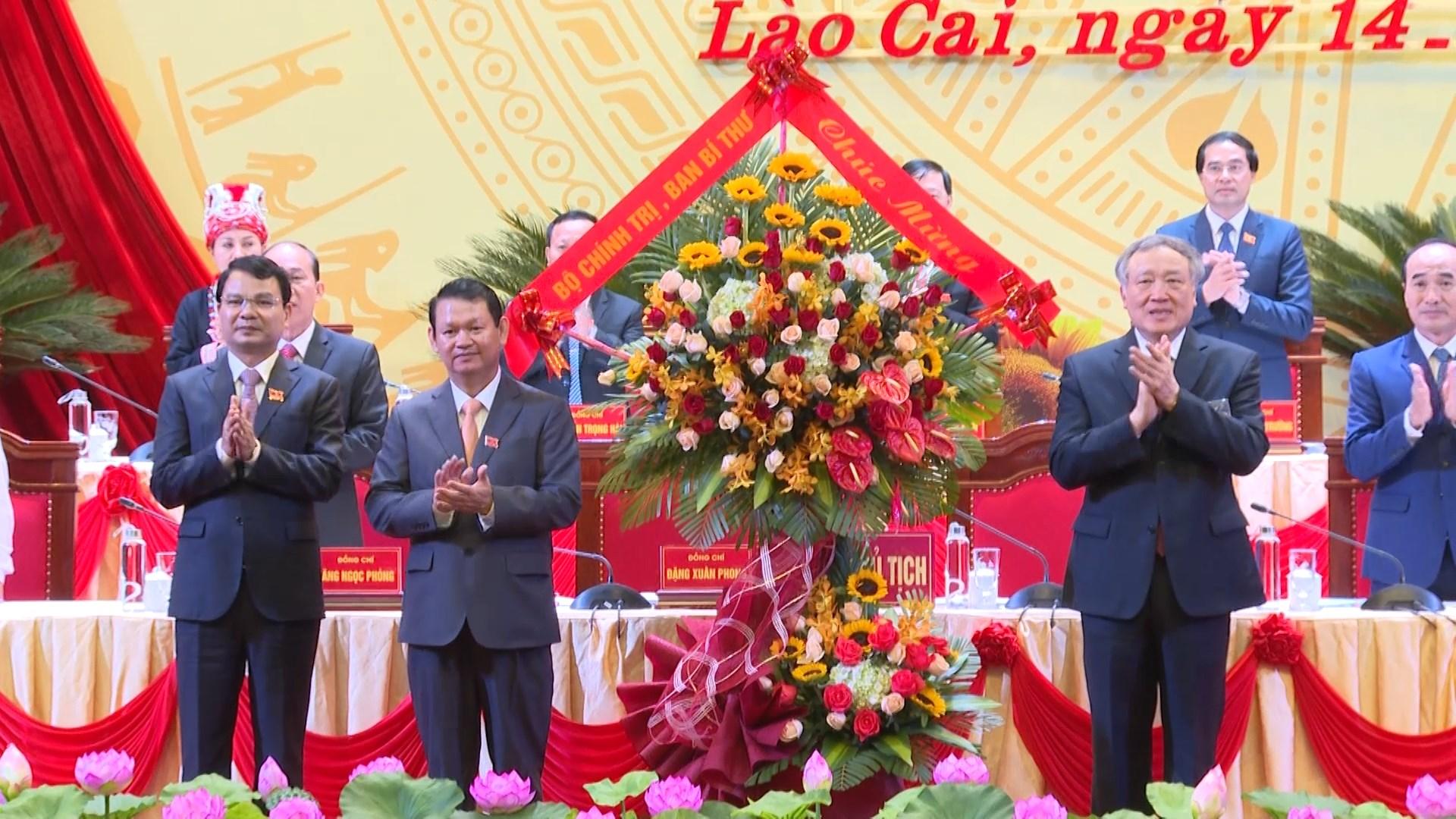 Bí thư Trung ương Đảng, Chánh án Tòa án Nhân dân tối cao Nguyễn Hòa Bình tặng hoa chúc mừng Đại hội
