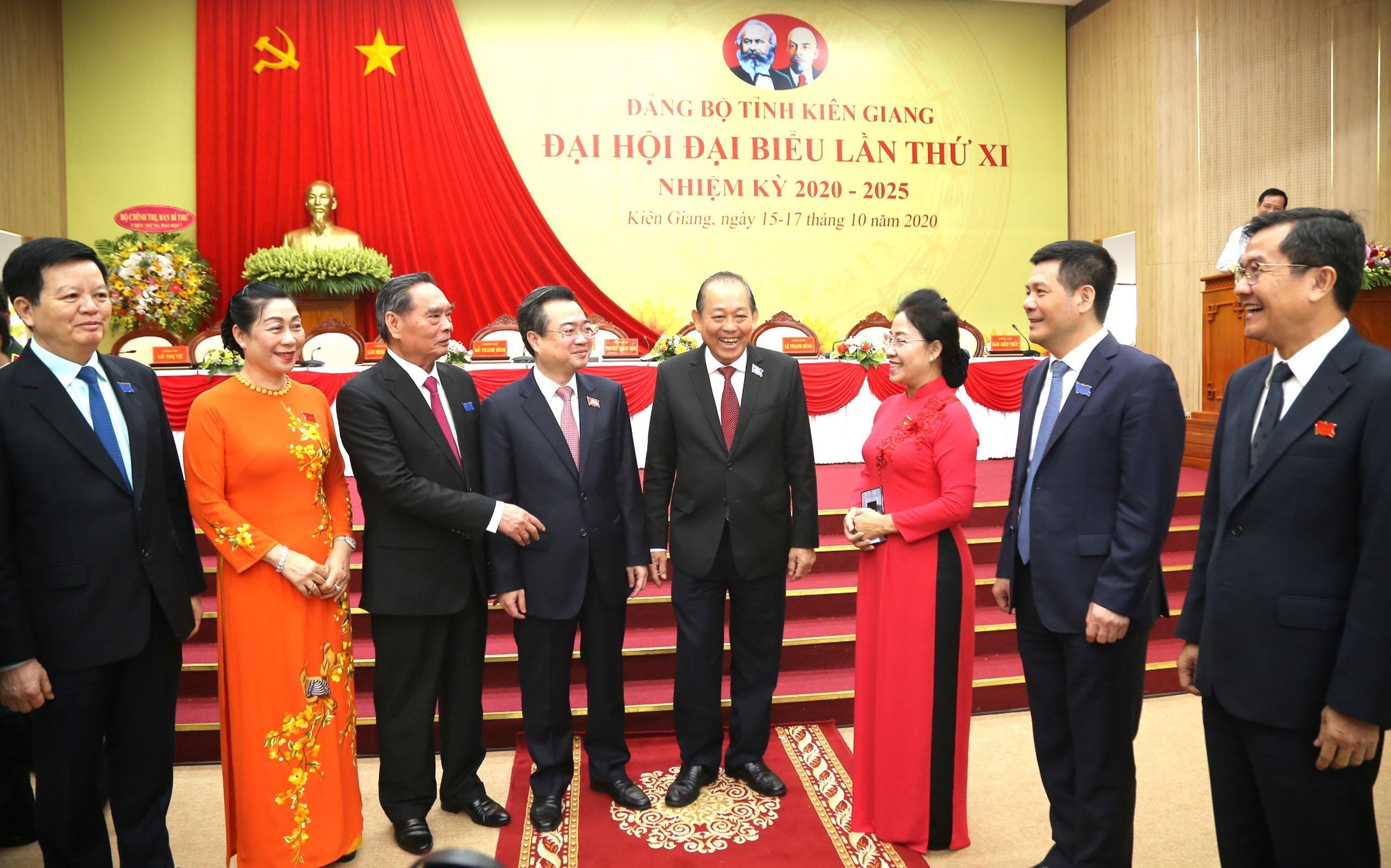 Ủy viên Bộ Chính trị, Phó Thủ tướng Thường trực Chính phủ -Trương Hòa Bình, trò chuyện cùng đại biểu bên lề Đại hội