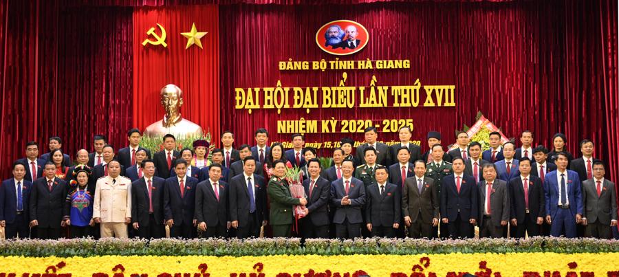 Đại tướng Ngô Xuân Lịch, Ủy viên Bộ Chính trị, Phó Bí thư Quân ủy Trung ương, Bộ trưởng Bộ Quốc phòng tặng hoa chúc mừng Ban Chấp hành Đảng bộ tỉnh khóa XVII, nhiệm kỳ 2020 – 2025.
