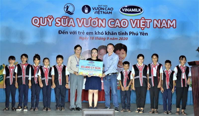 Năm 2020, Vinamilk và Quỹ sữa Vươn cao Việt Nam trao tặng 83.400 ly sữa, tương đương khoảng 600 triệu đồng cho 930 trẻ em có hoàn cảnh khó khăn tại tỉnh Phú Yên