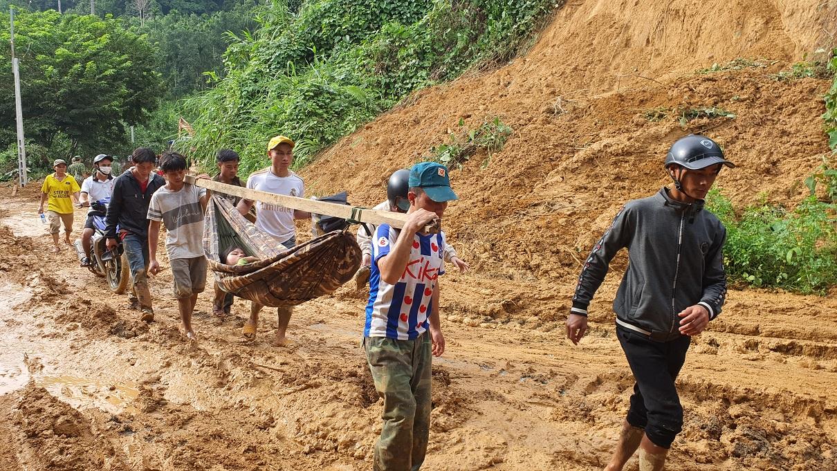 Đưa người bị thương trong vụ sạt lở đất ở thôn 1, xã Trà Leng, huyện Nam Trà My, tỉnh Quảng Nam đi cấp cứu (Ảnh: Tổng cục Phòng chống thiên tai cung cấp)
