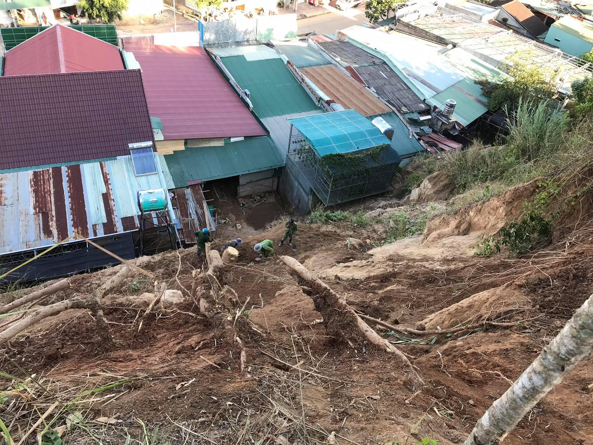 Những ngôi nhà sống ở khu vực chân núi đều thấp thỏm nỗi lo khi mùa mưa về