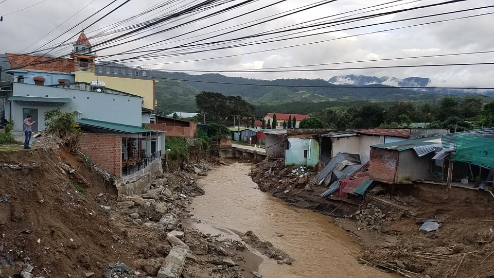 Những ngôi nhà bị thiệt hại ở xã Đak Pek từ bão số 9 đến nay vẫn chưa được khắc phục