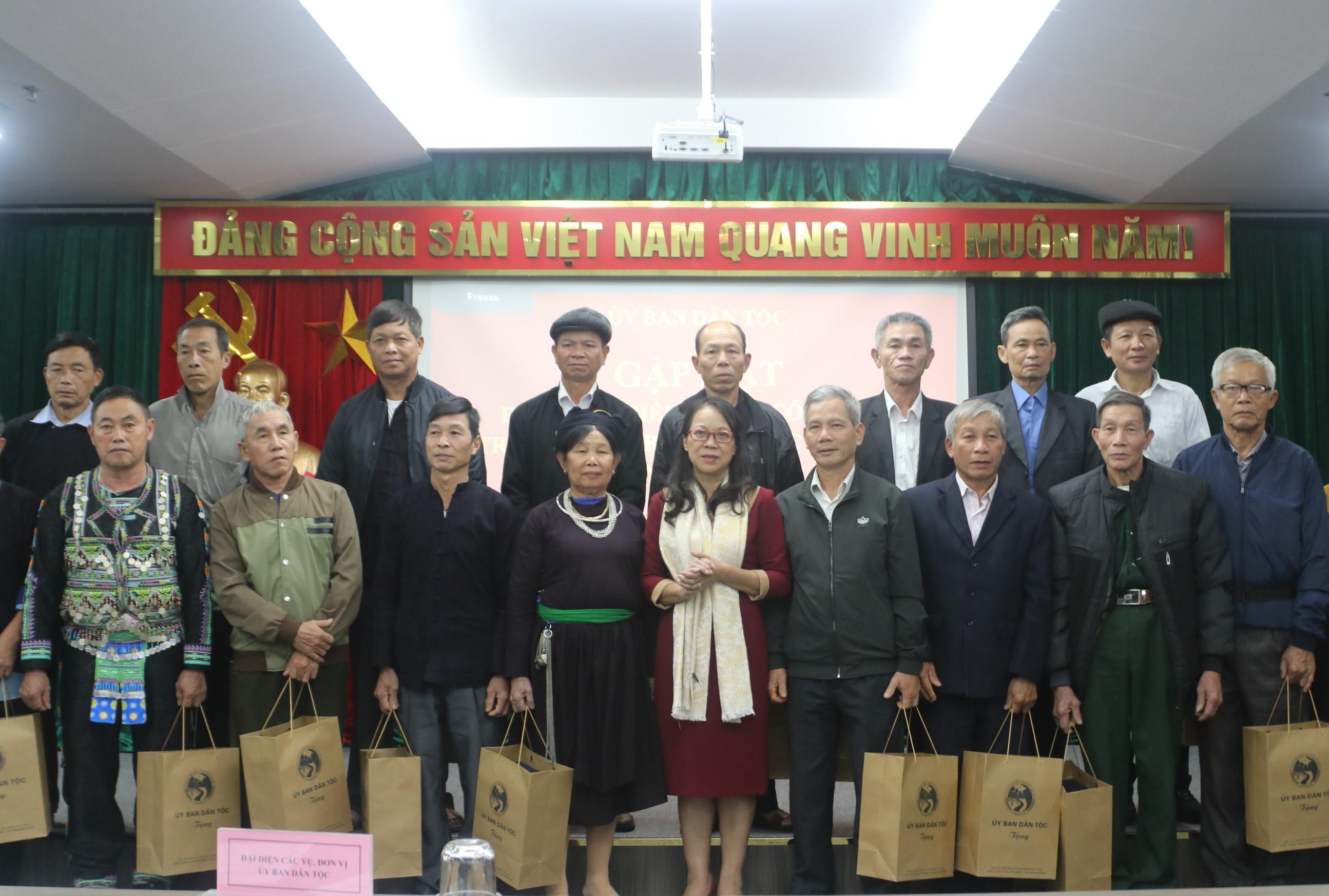 Thứ trưởng, Phó Chủ nhiệm UBDT Hoàng Thị Hạnh tặng quà cho các đại biểu Người có uy tín