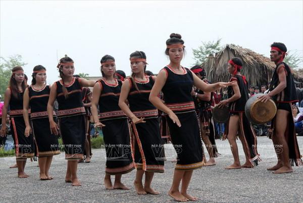 Thiếu nữ dân tộc Ba Na với trang phục truyền thống biểu diễn trong các lễ hội (TL)