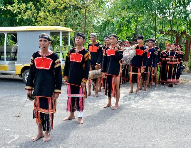 Trang phục của đàn ông dân tộc Gia Rai trong lễ hội (Ảnh TL)