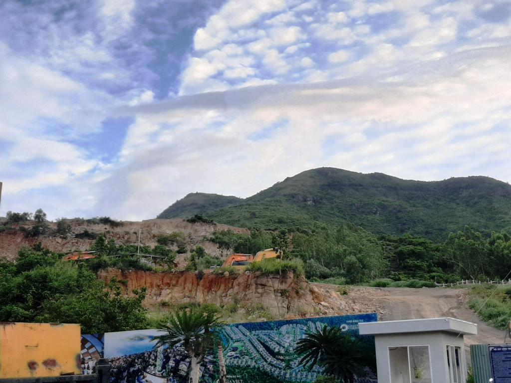 Nhiều khu nhà tạm dựng lên bên cạnh khu vực chân núi có nguy cơ sạt lở