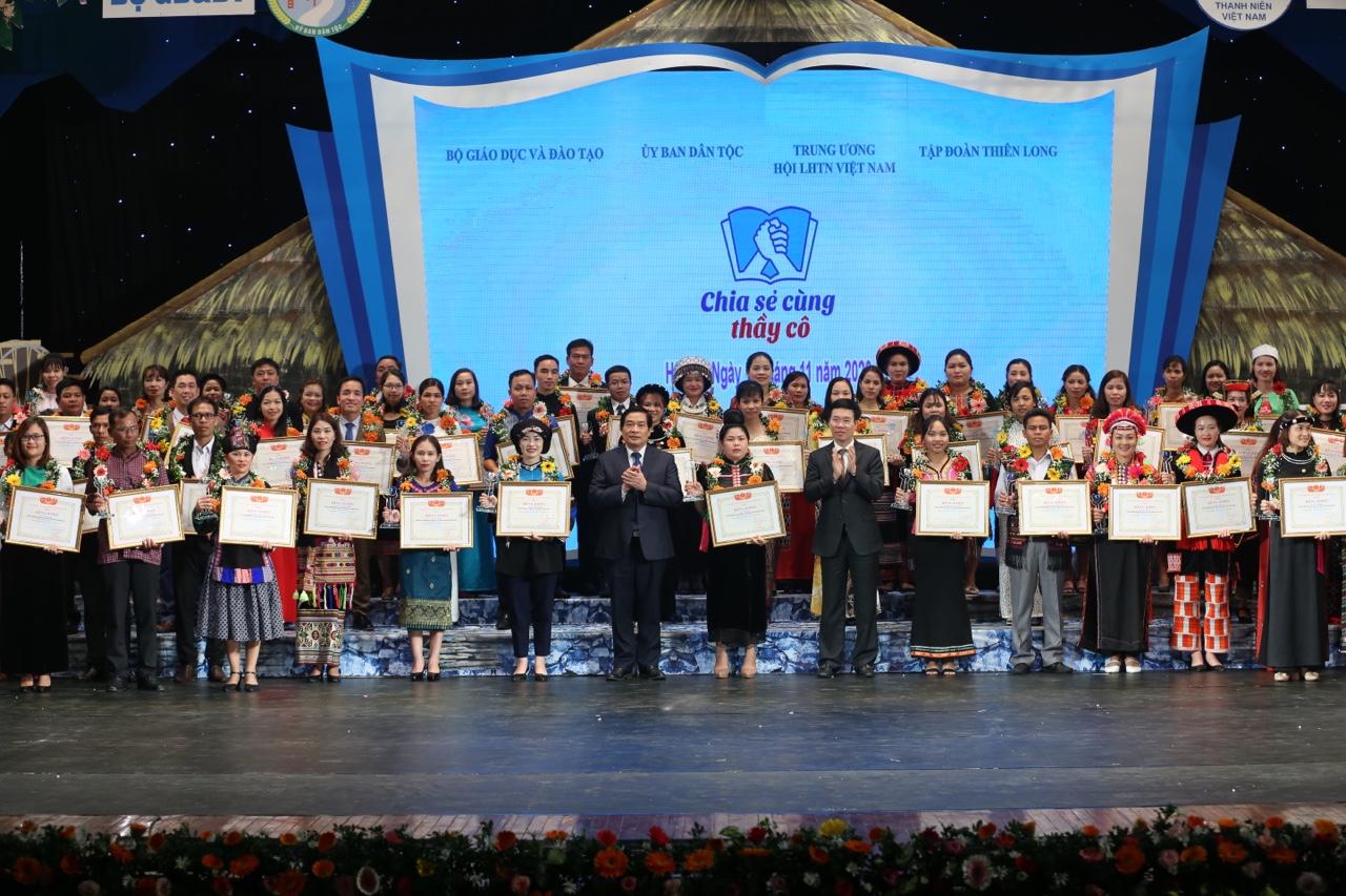 Các đồng chí lãnh đạo Đảng, Nhà nước trao tặng Bằng khen của Trung ương Hội Liên hiệp thanh niên Việt Nam cho các thầy cô