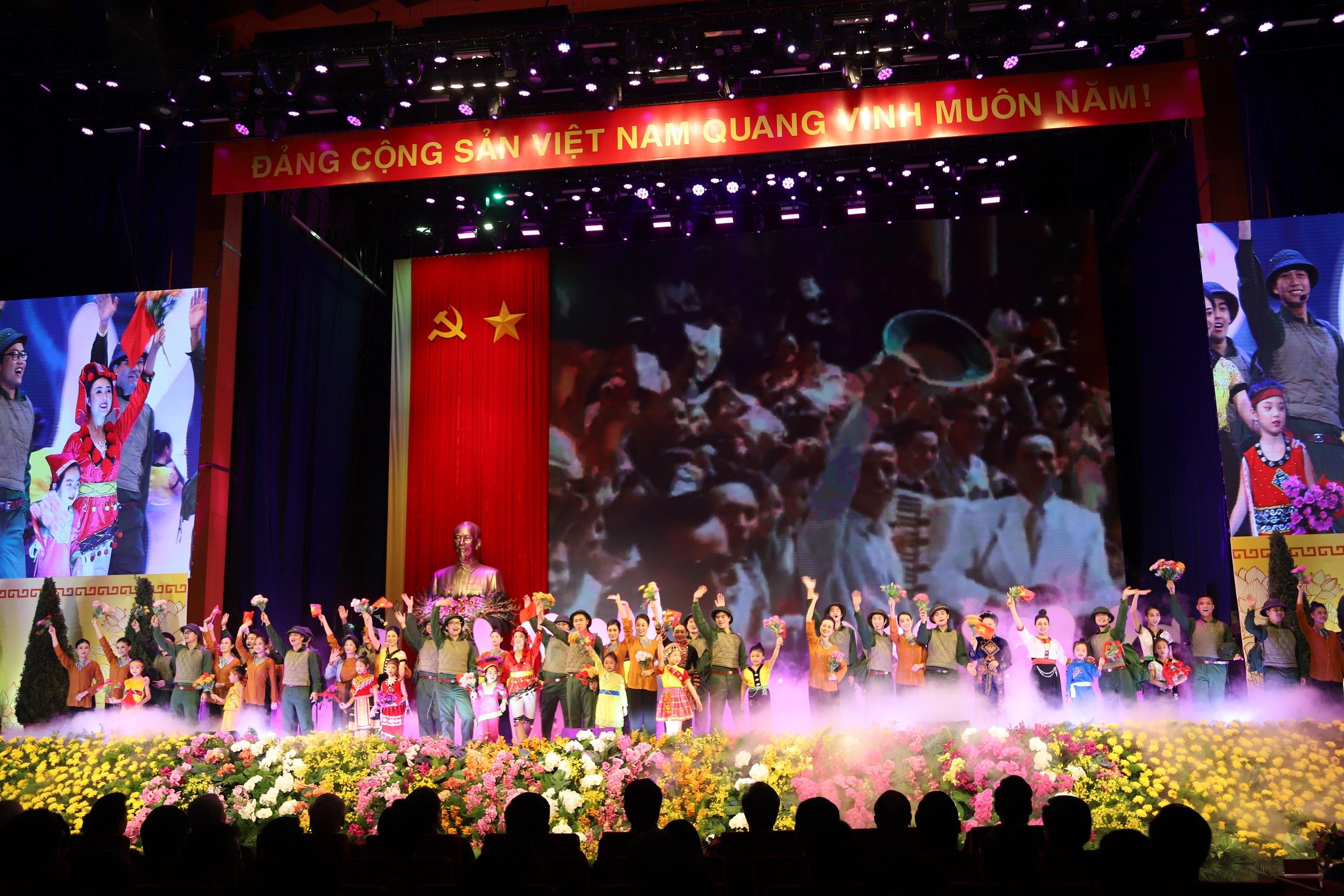 """Một tiết mục đặc sắc trong Chương trình nghệ thuật """"Vinh quang Mặt trận Tổ quốc Việt Nam"""" tại Lễ Kỷ niệm."""