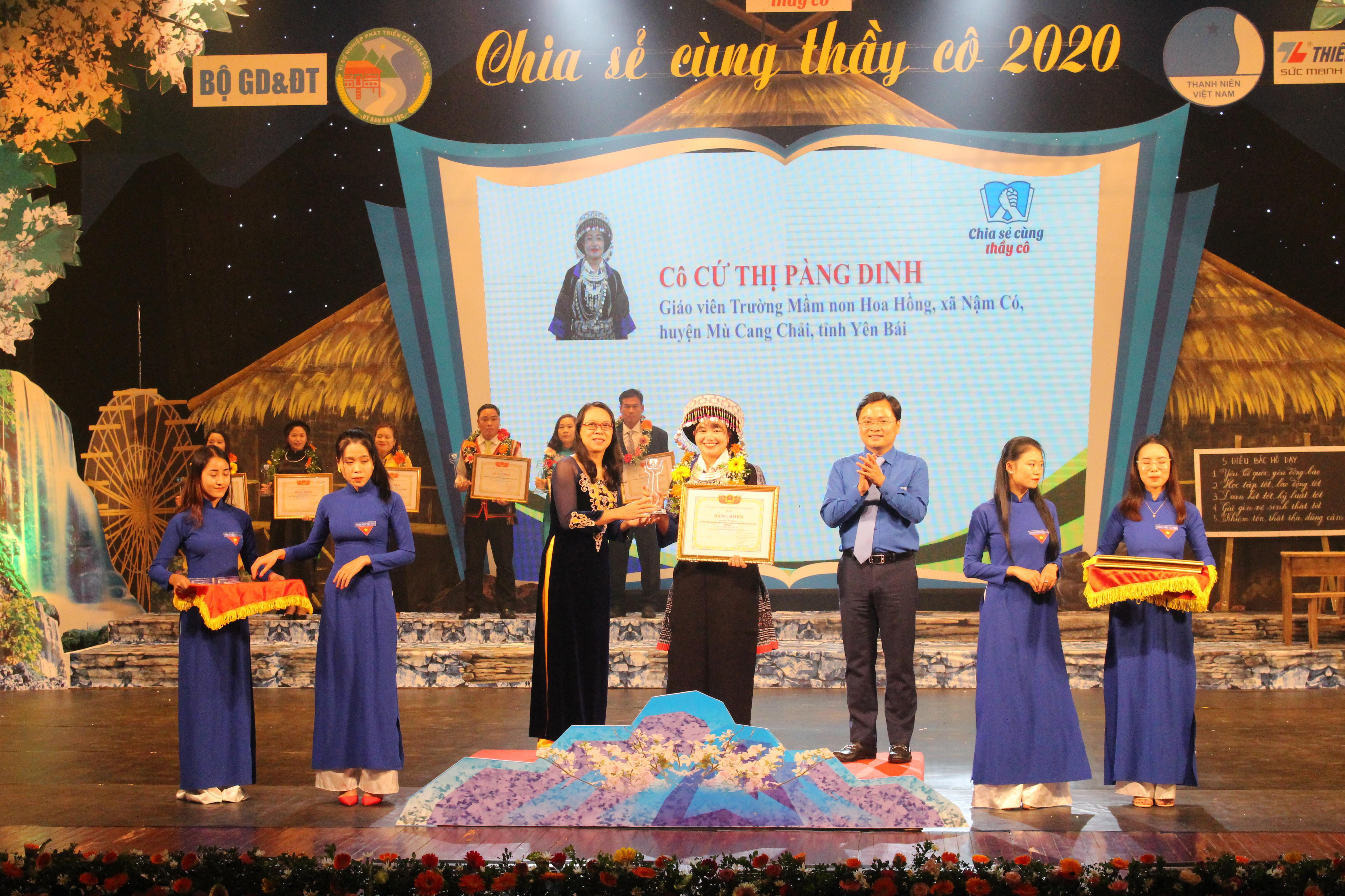 Thứ trưởng, Phó Chủ nhiệm UBDT Hoàng Thị Hạnh trao tặng Bằng khen cho các thầy cô giáo