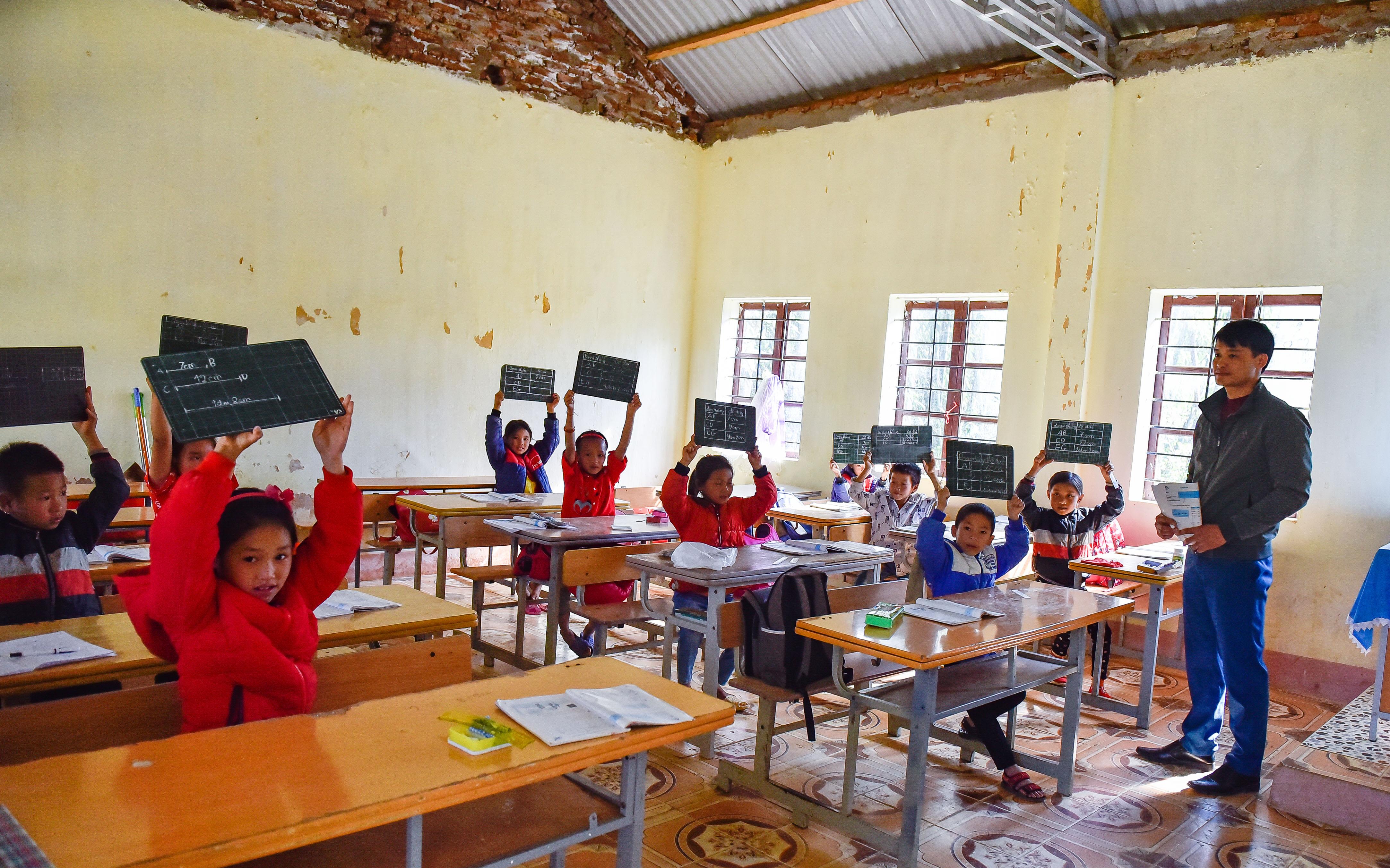 Các em học sinh hăng say trong giờ học tại trường Phổ thông Cao Sơn