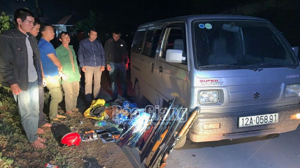Lực lượng chức năng bắt giữ các đối tượng tàng trữ vũ khí trái phép