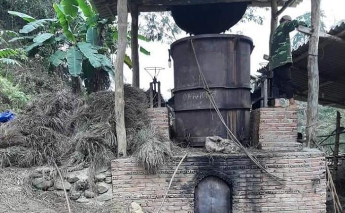 Lò chưng cất tinh dầu sả được bà con xóm Nà Mon đầu tư xây dựng.