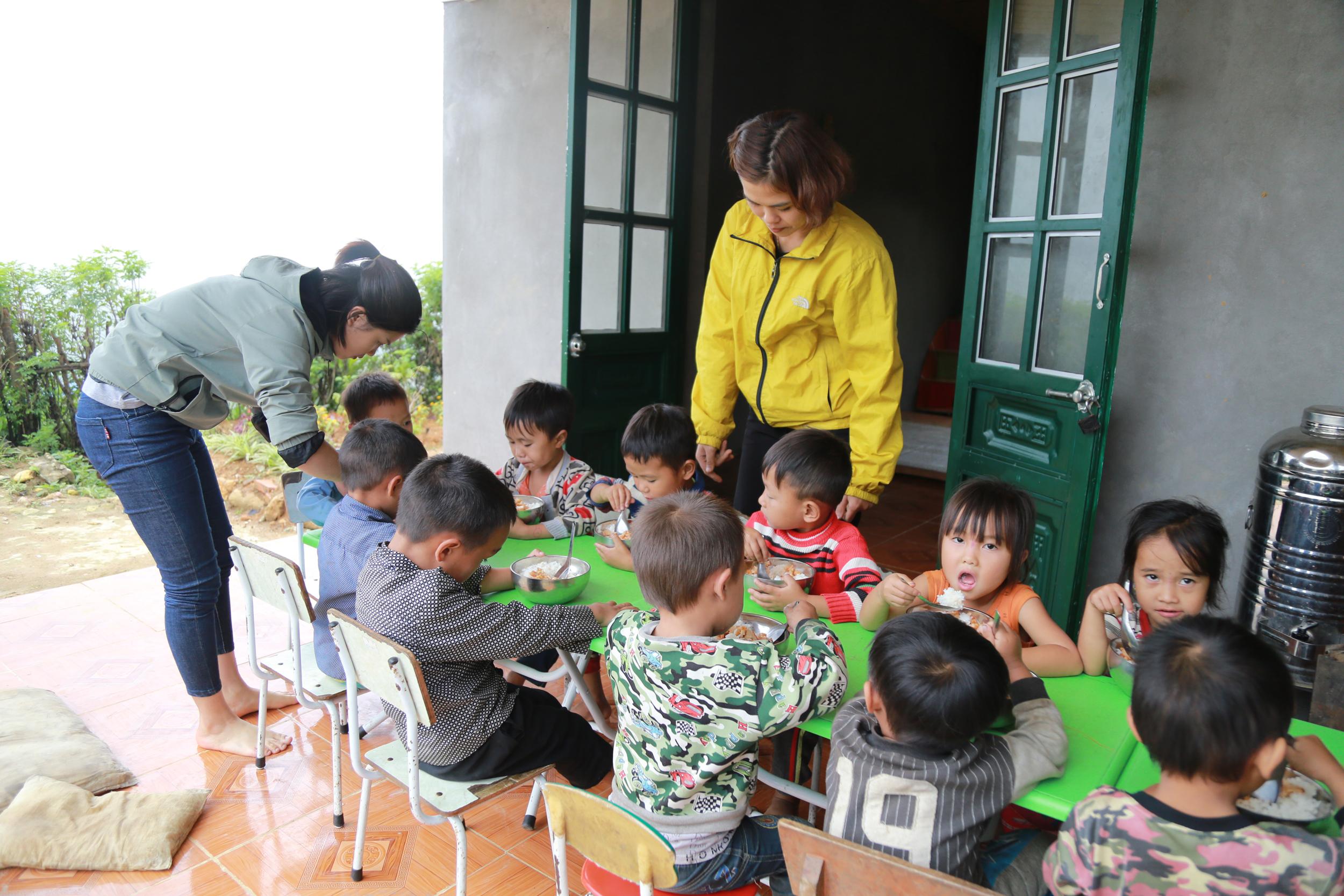 Ngoài dạy chữ, các cô giáo ở Nhìu Cồ San còn kiêm cả nấu ăn bán trú cho học sinh