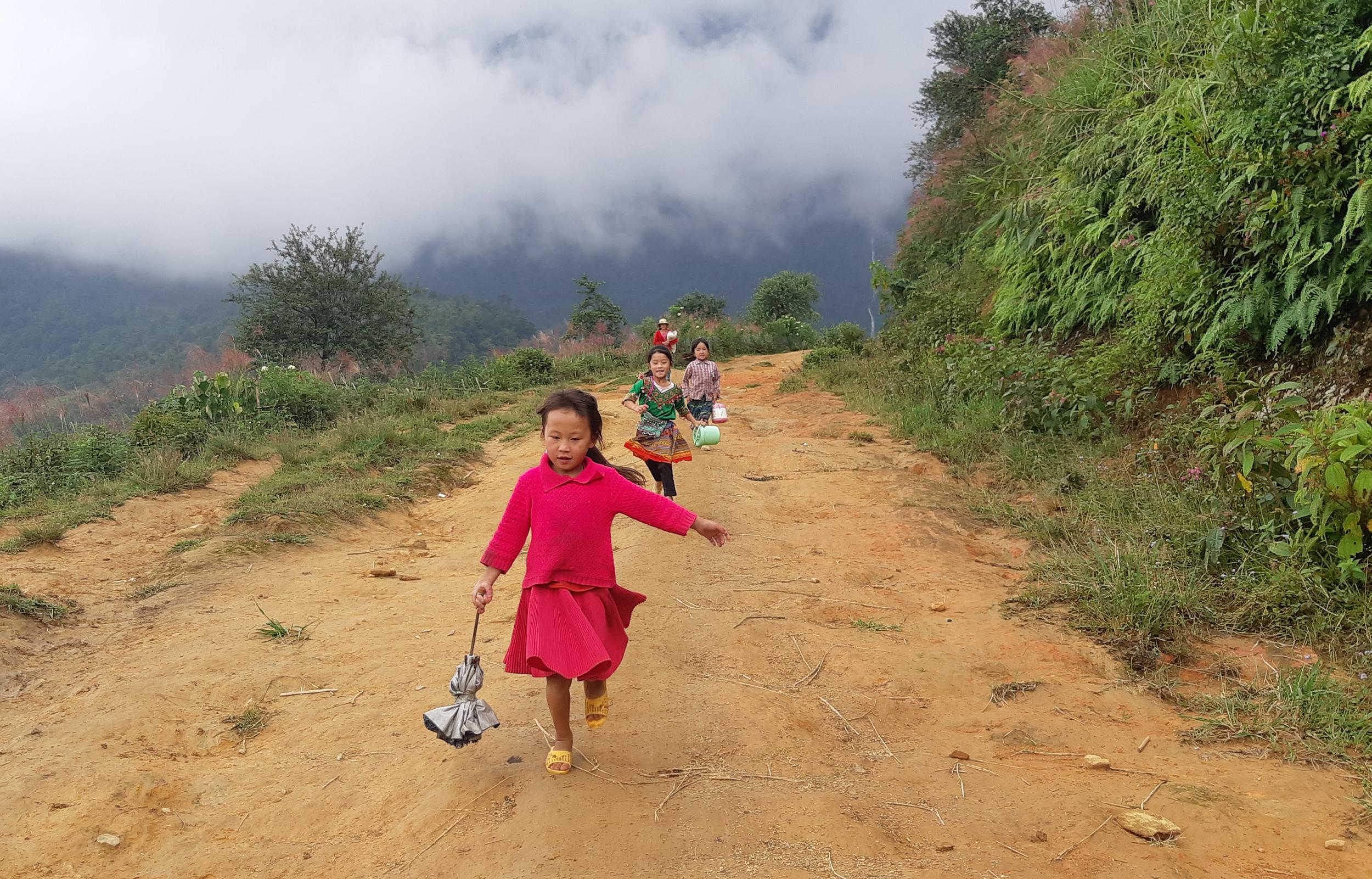 Trẻ em Nhìu Cồ San trên đường tới lớp