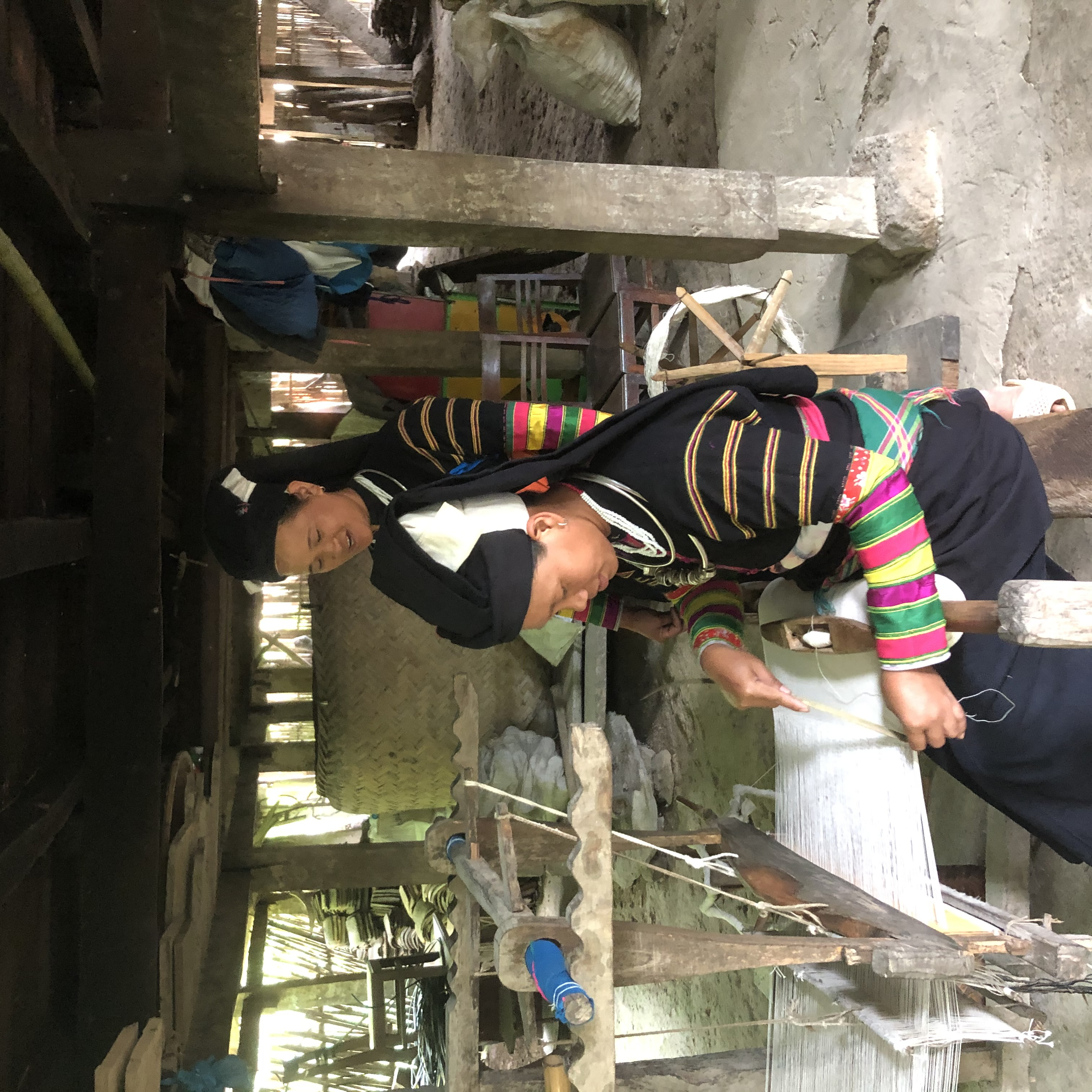 Đồng bào Lô Lô ở xóm Khuổi Khon, xã Kim Cúc, huyện Bảo Lạc được hỗ trợ khung dệt, duy trì nghề dệt thổ cẩm truyền thống.