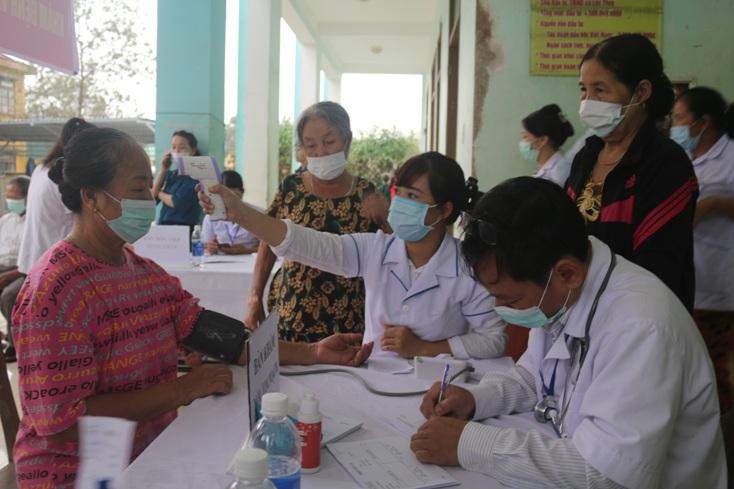 Cán bộ Y tế Trung tâm Kiểm soát bệnh tật tỉnh Quảng Bình khám, cấp thuốc cho người dân vùng lũ (Ảnh NH.V)