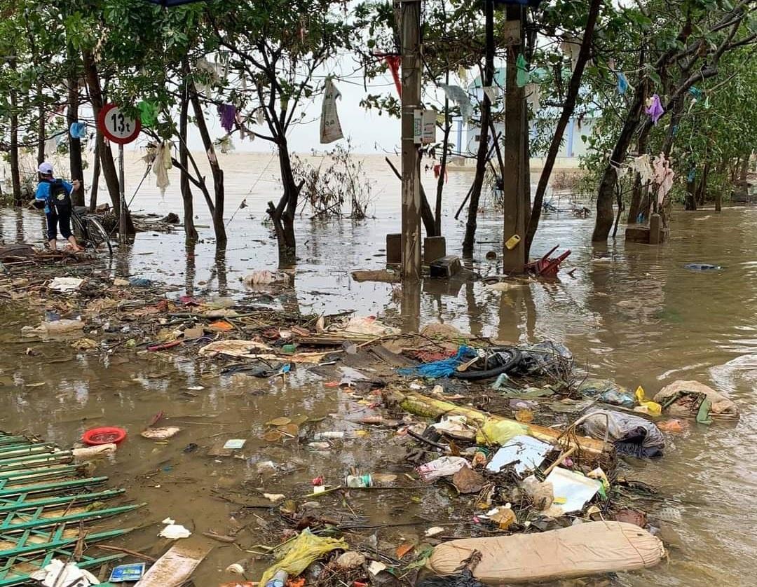 Người dân Quảng Bình đang đối diện với nỗi lo dịch bệnh do ô nhiễm môi trường sau mưa lũ.