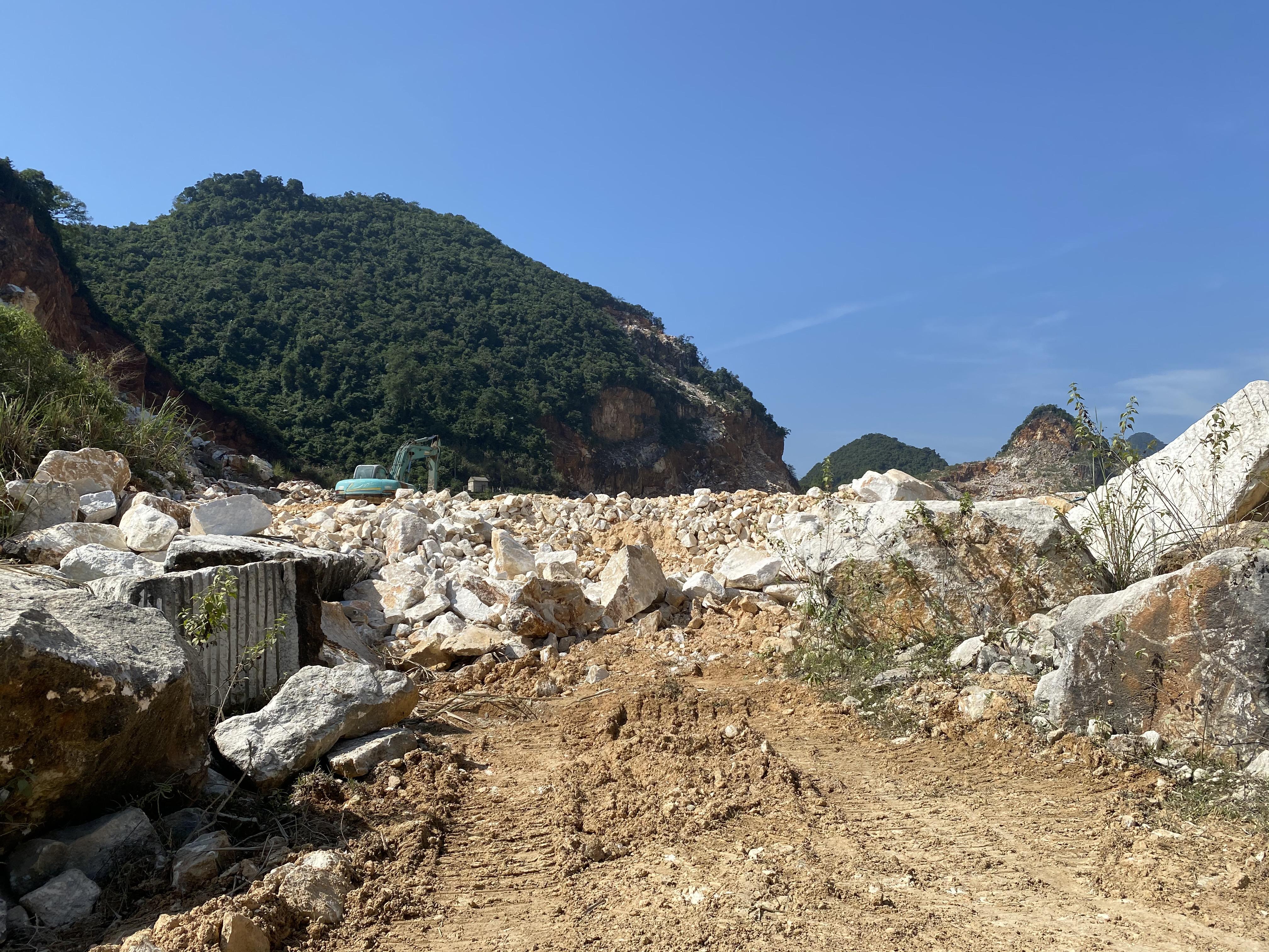 Một điểm mỏ khai thác đá trên địa bàn huyện Quỳ Hợp