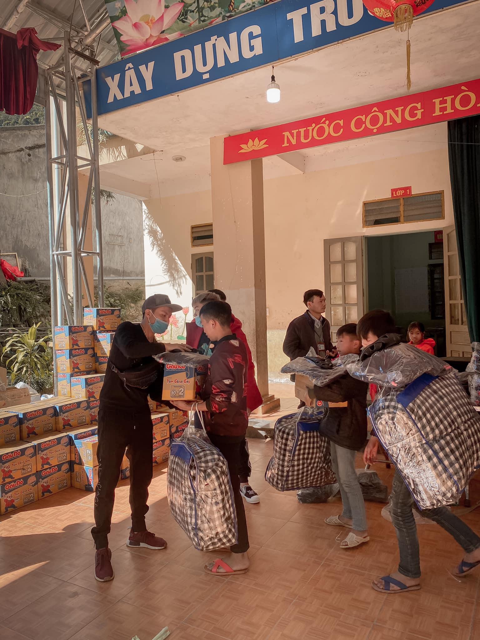 Các nhà hảo tâm tặng chăn ấm, quần áo chống rét cho học sinh ở Hà Giang