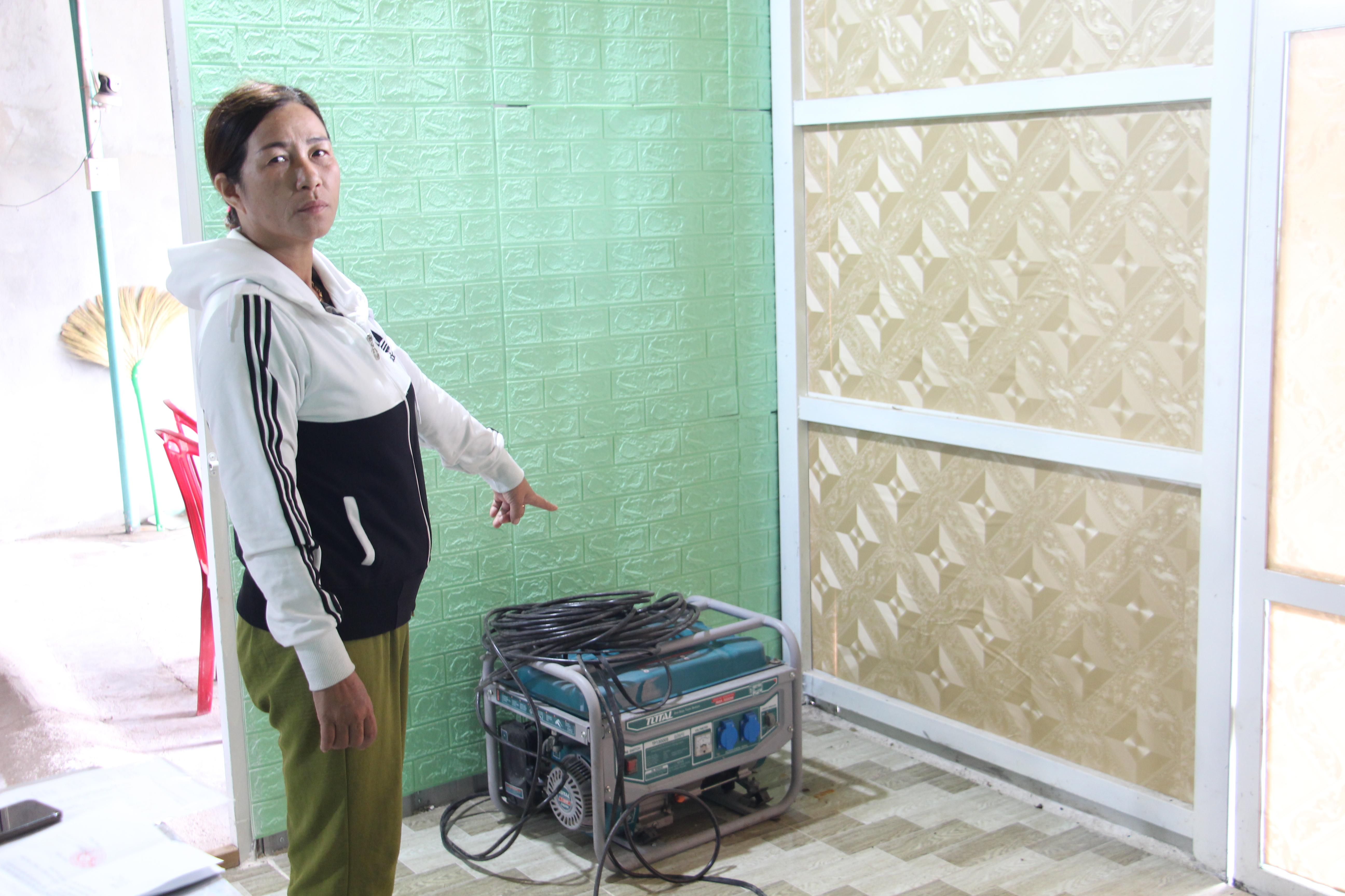 Bà Nguyễn Thị Tuyết và chiếc máy mà UBND thị trấn Vân Canh cho rằng đó là phương tiện dùng hút cát.