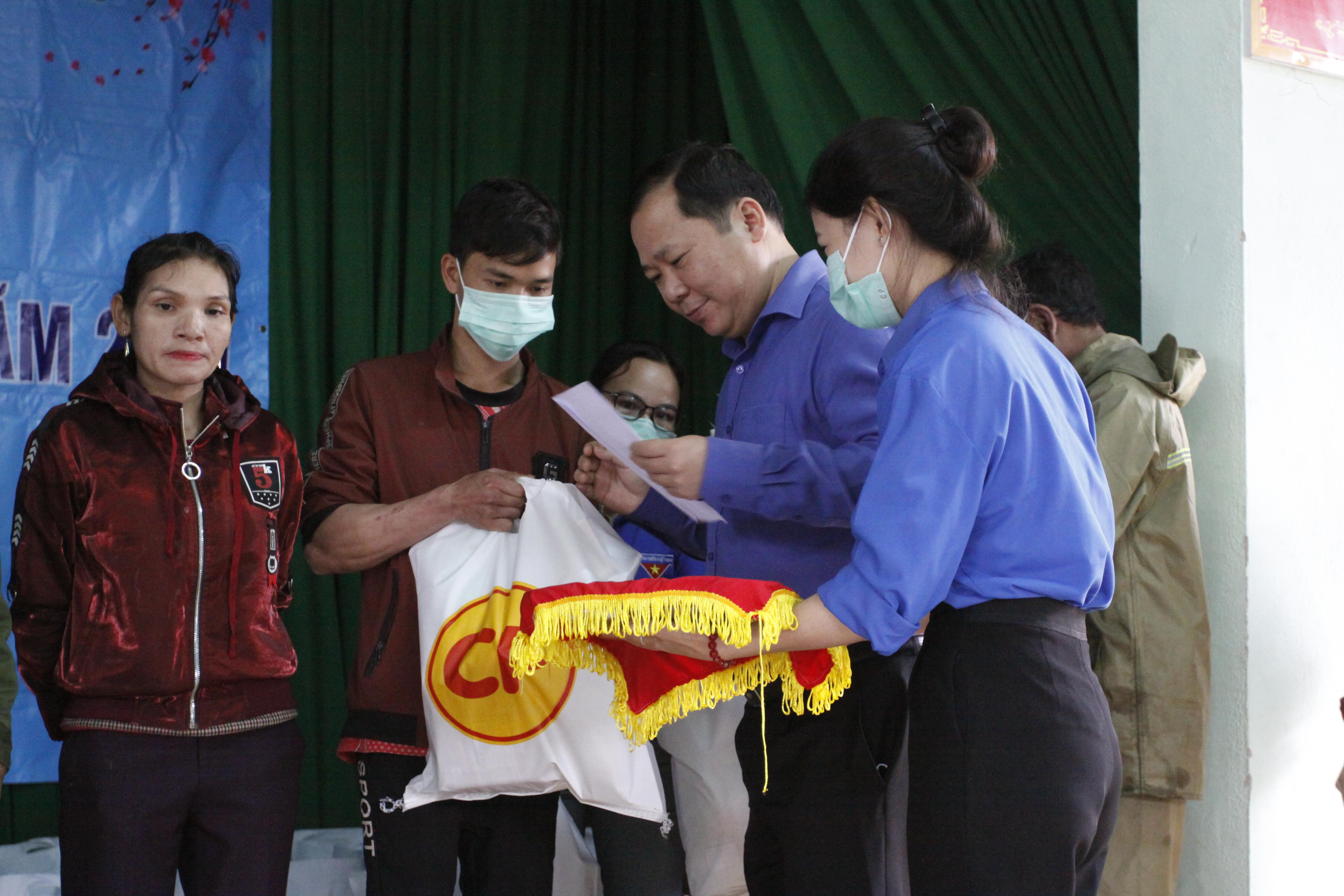 Ông Nguyễn Phi Long, Chủ tịch UBND tỉnh Bình Định tặng quà cho bà con xã An Toàn