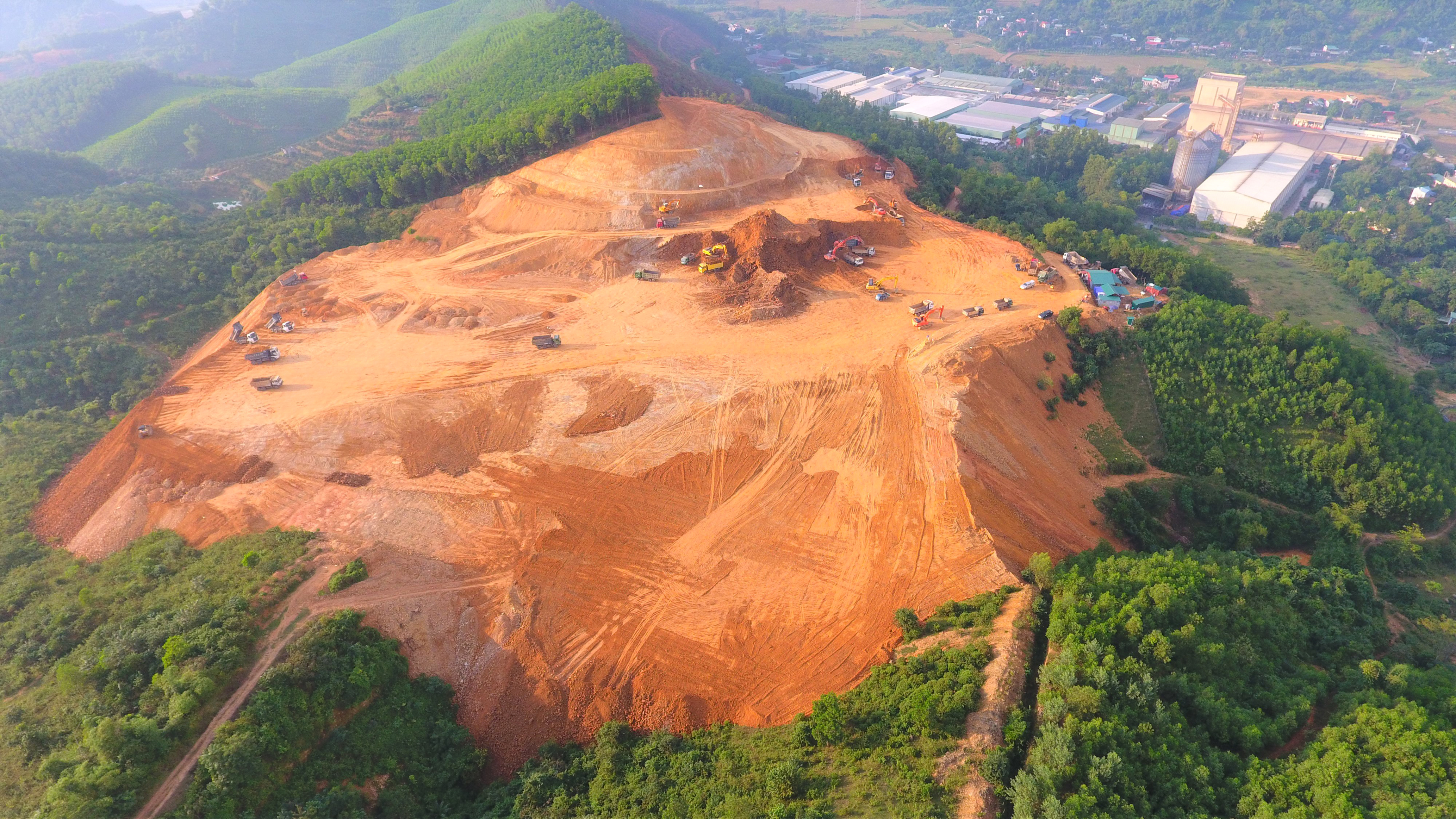 Công ty CP Tây phương cực lạc vẫn ồ ạt thi công dù đã bị yêu cầu dừng triển khai dự án.