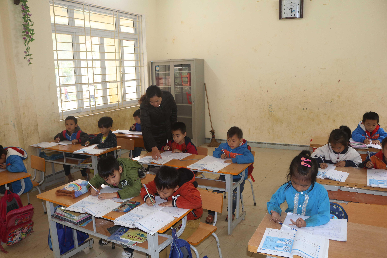 Các thầy cô tận tụy chỉ dạy từng con chữ cho trẻ em vùng cao