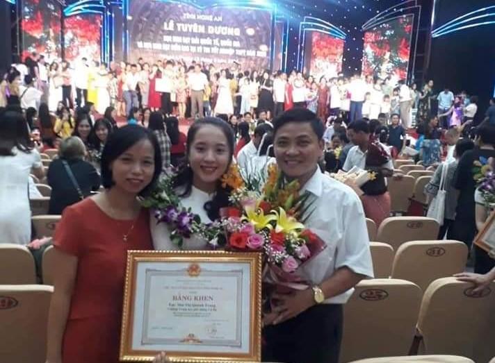 Quỳnh Trang trong buổi Lễ vinh danh học sinh của UBND tỉnh Nghệ An