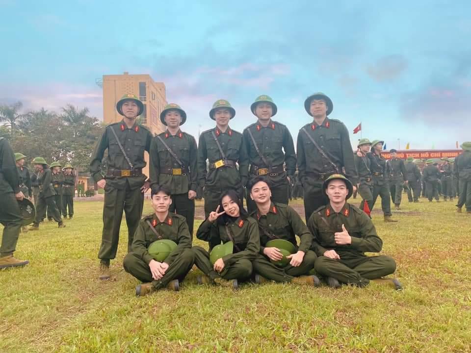 Em Dương Văn Ký (hàng đầu tiên, bên trái) cùng các học viên của Học viện An ninh Nhân dân.