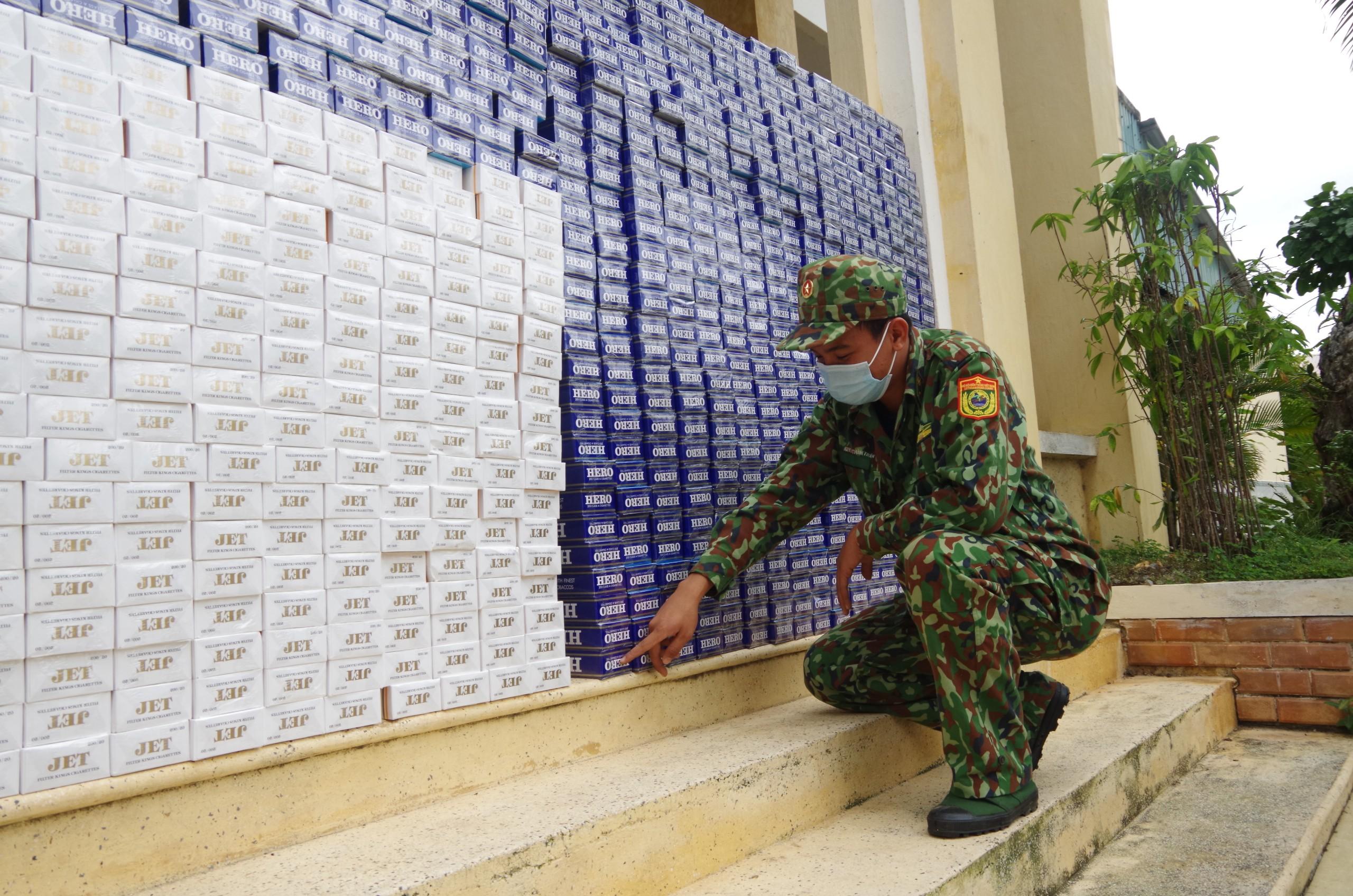 Đồn Biên phòng CKQT Hà Tiên kiểm đếm số thuốc lá bị bắt giữ