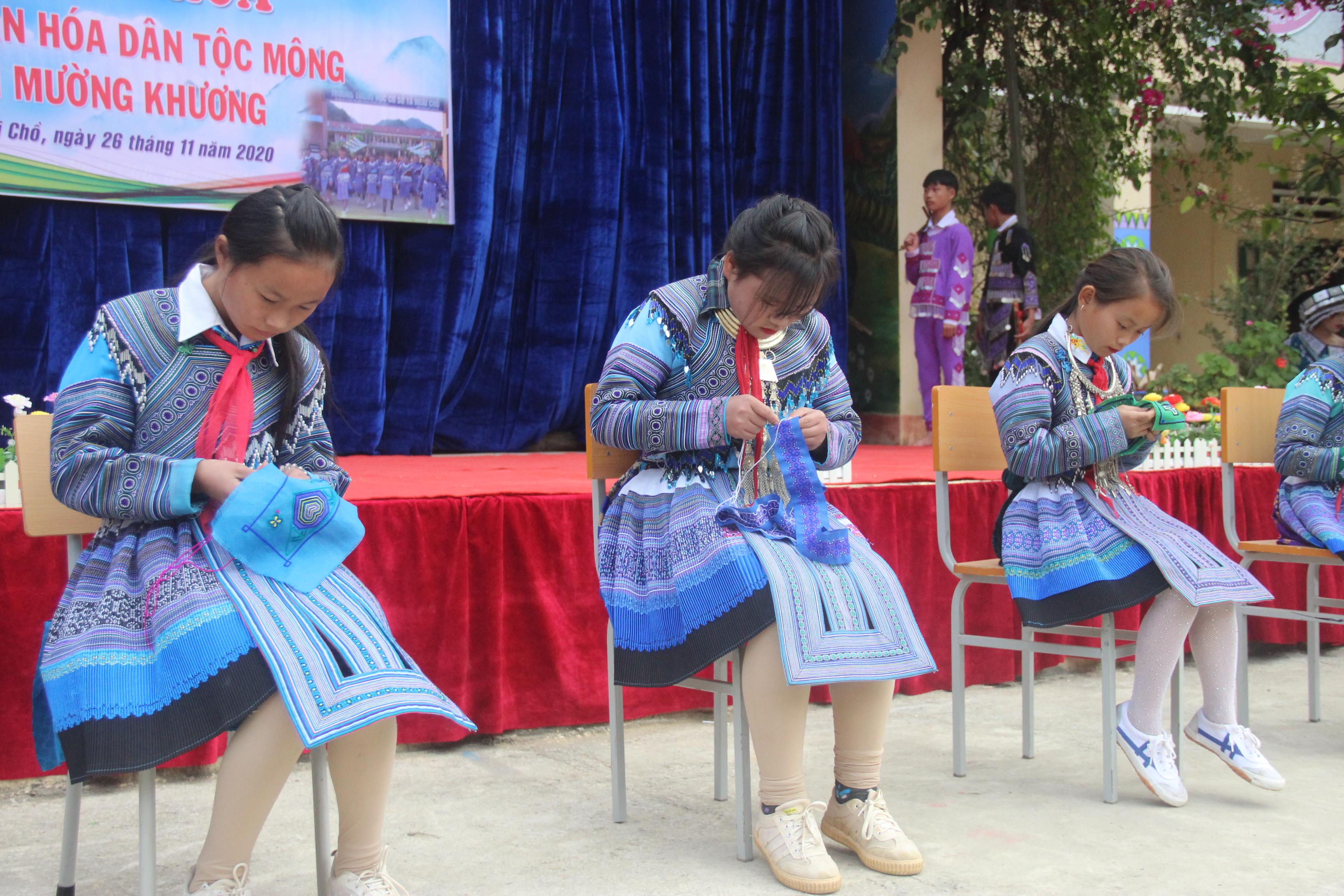 Học thêu thổ cẩm, nét văn hóa đặc sắc của đồng bào Mông
