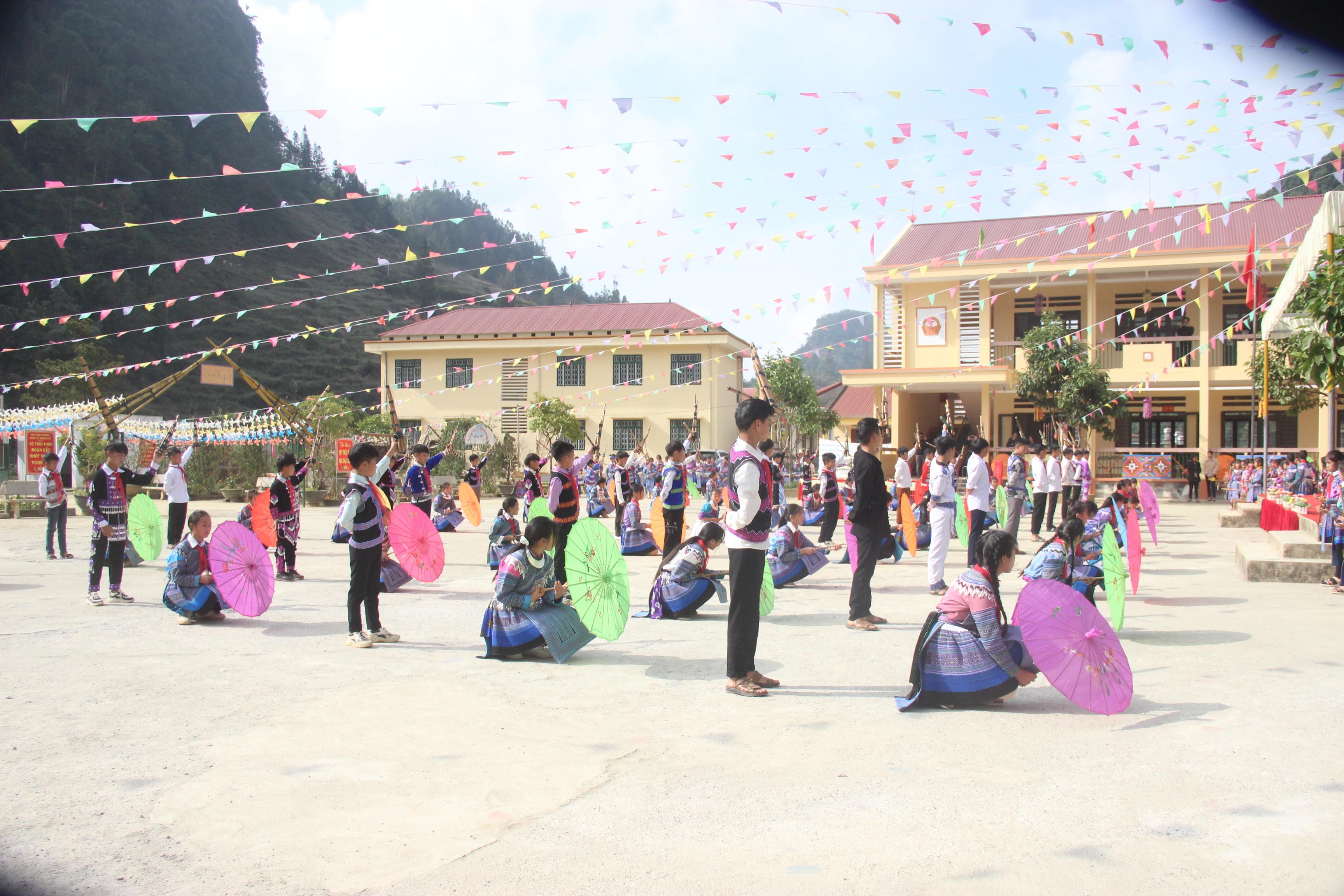 Các buổi học ngoại khóa không chỉ tạo niềm vui cho các em học sinh khi ở trường mà còn góp phần nâng cao ý thức gìn giữ và bảo tồn văn hóa đặc sắc của các dân tộc