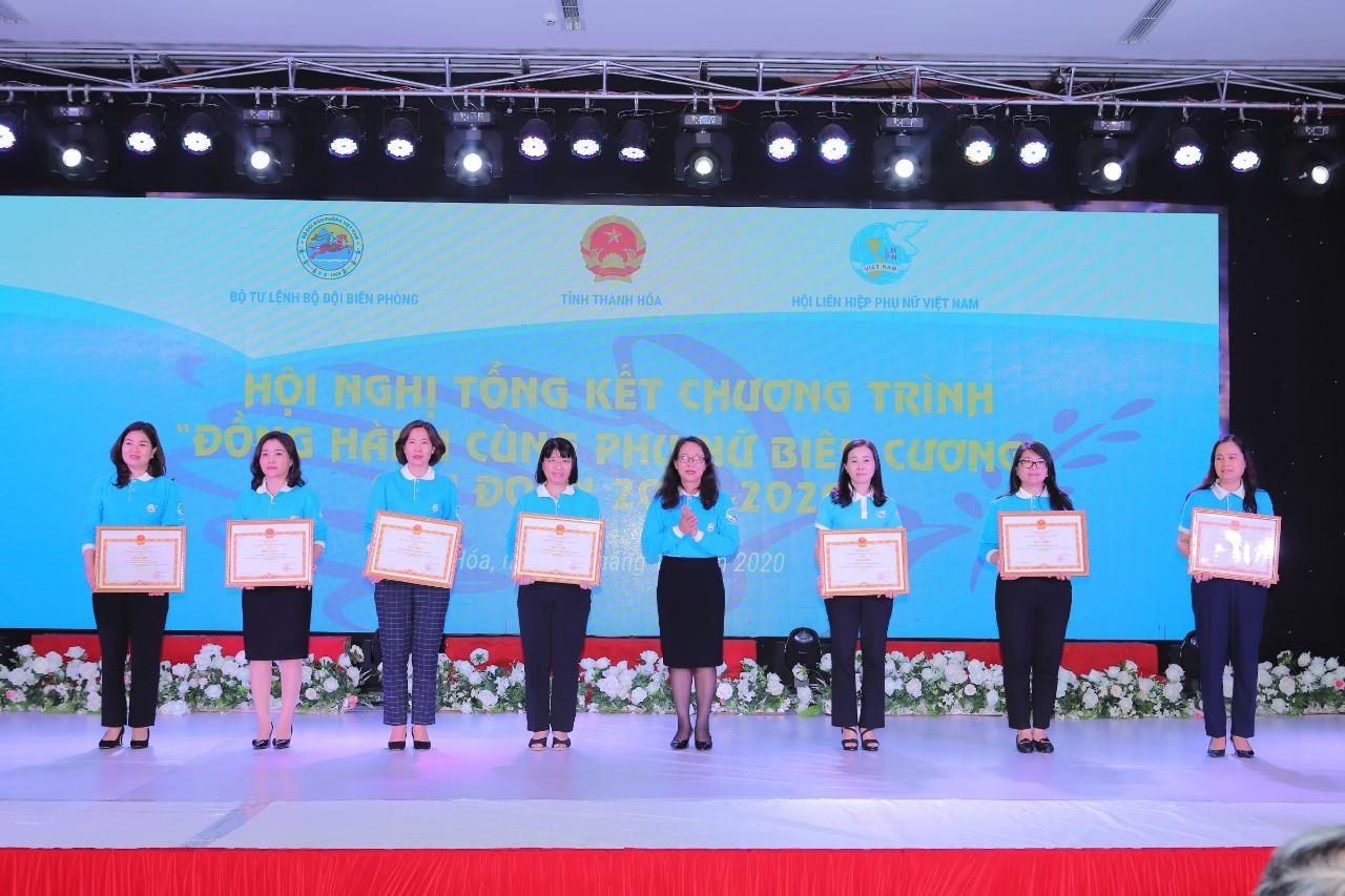 """Đồng chí Hoàng Thị Hạnh, Thứ trưởng, Phó Chủ nhiệm Uỷ ban Dân tộc trao Bằng khen của Ủy ban Dân tộc cho các tập thể, cá nhân đã có thành tích xuất sắc thực hiện Chương trình """"Đồng hành cùng Phụ nữ biên cương"""" giai đoạn 2018- 2020"""